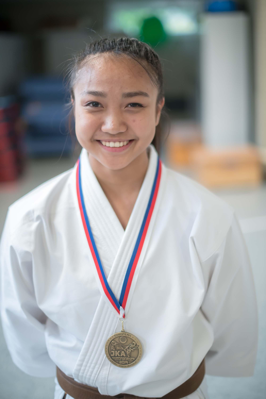 Kaokporn Liebau präsentiert am Montag, 27.05.2019 in Bochum ihre Goldmedaille und Meister-Kata. Die Schülerin aus Gladbeck, die in Wattenscheid trainiert, wurde in Tschechien Karate-Europameisterin.  Foto: Ingo Otto / FUNKE Foto Services